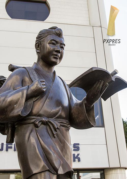 歩きながら読書をする二宮金次郎の像