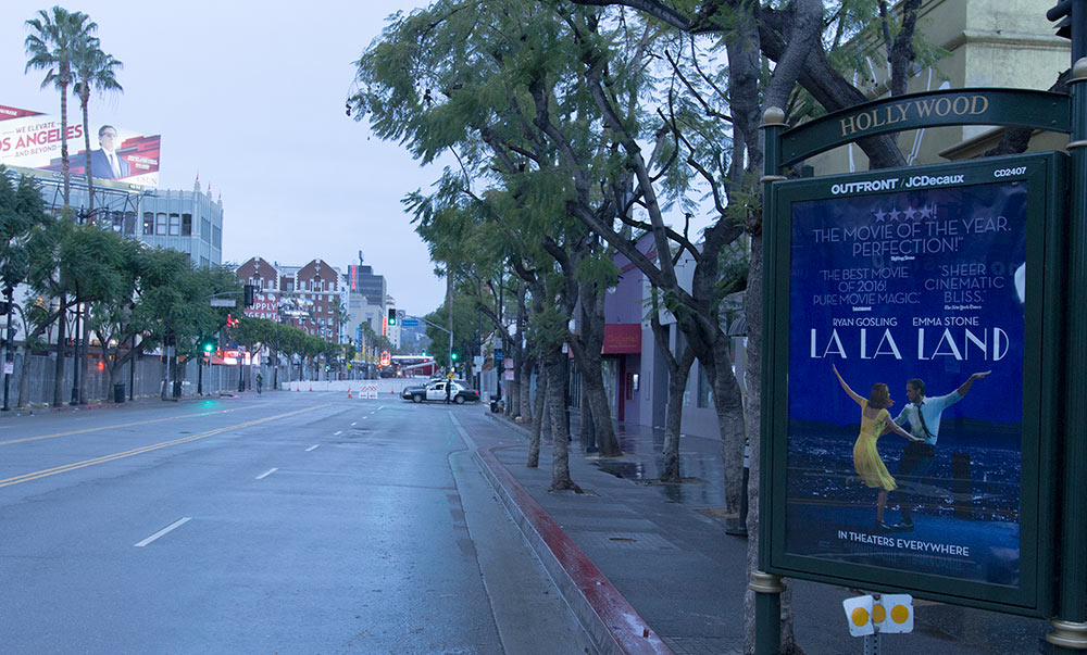 道路が濡れているハリウッドの朝