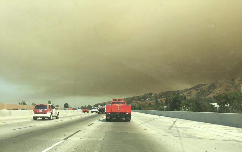 周囲の景色も一変!桁違いに大規模なカリフォルニアの山火事